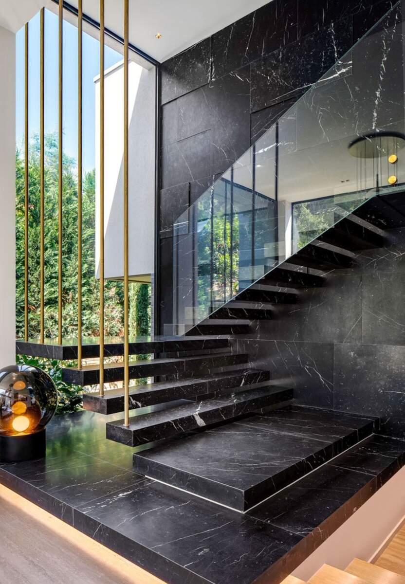Stepenice od crnog mermera