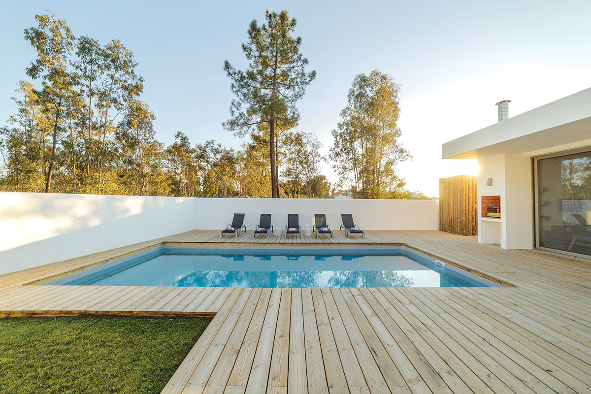 Drveni deking u dvorištu oko bazena