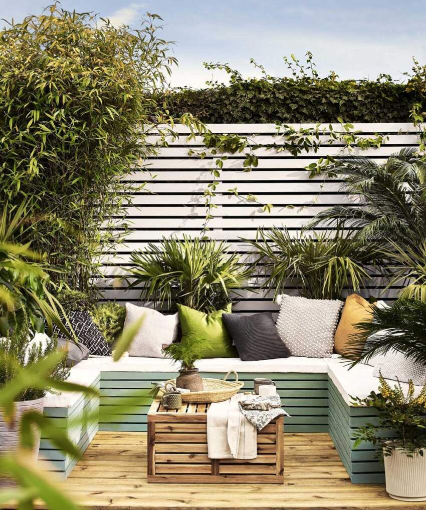 Drveni deking i garnitura od paleta u dvorištu