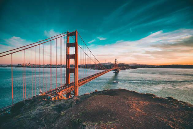 Golden Gejt je viseći most dužine 2.737 m koji se prostire iznad Golden Gejt moreuza, povezujući San Francisko i okrug Marin.