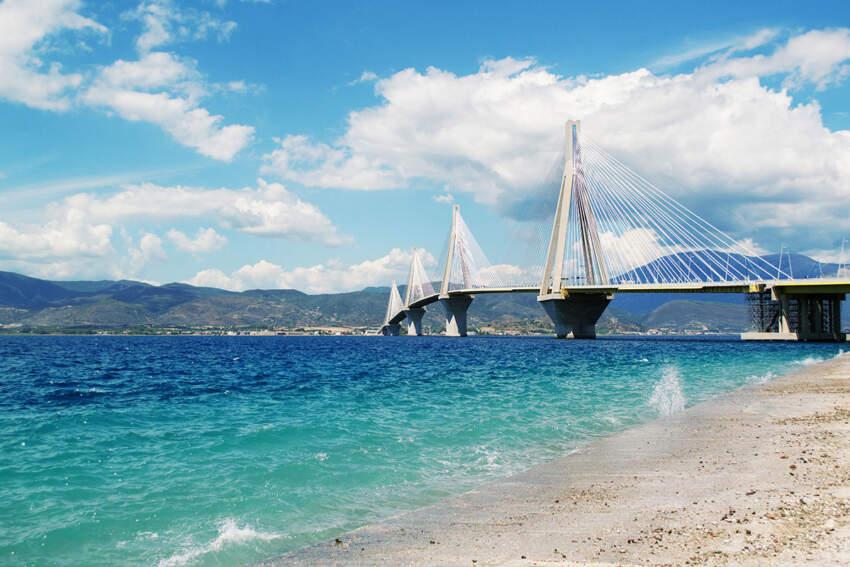 Sa 2.880 m dužine most Harilaos Trikupis danas je najduži viseći most na svetu koji krase tri masivna pilona