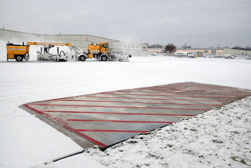 Otapanje snega i leda na aerodromu uz pomoć automatskog podnog grejanja